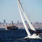 rumbo a la costa con un barco de vela