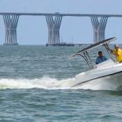 embarcación con motor fueraborda
