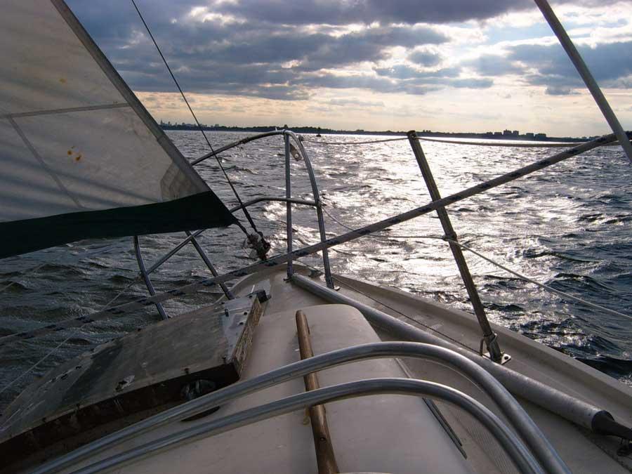 velero rumbo a la costa